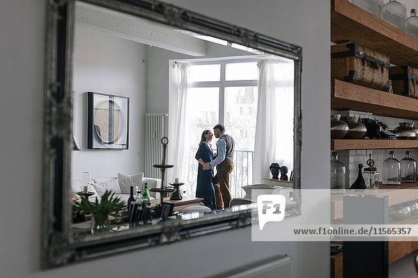 Deutschland  Paar reflektiert im Spiegel