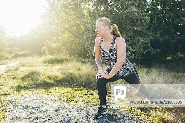Schweden  Blekinge  Karlskrona  Junge Frau trainiert außerhalb der Stadt