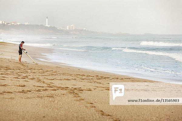 Frankreich  Biarritz  Surfer am Strand stehend
