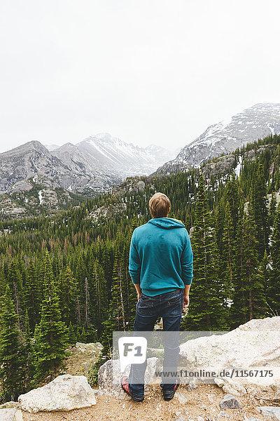 USA  Colorado  Rocky Mountain National Park  Mann mit Blick auf die Berge