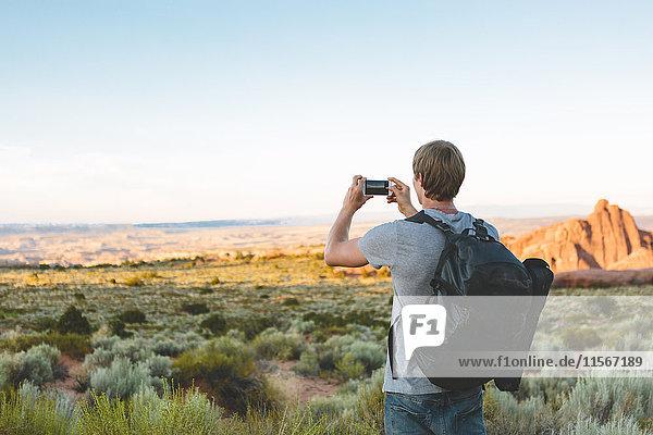 USA  Utah  Moab  Arches National Park  Mann fotografiert Landschaft