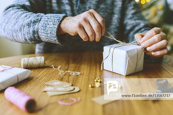 Finnland  Mann verpackt Weihnachtsgeschenke