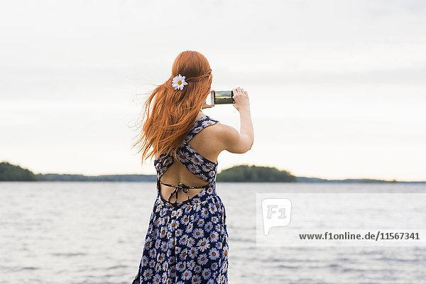 Finnland  Pirkanmaa  Tampere  Frau fotografiert Meer