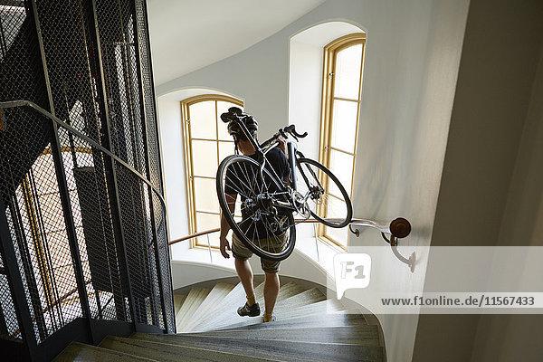Schweden  Radfahrer mit Fahrrad auf der Treppe Schweden, Radfahrer mit Fahrrad auf der Treppe