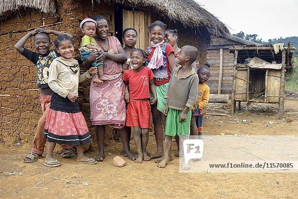 Lachende Frauen und Kinder vor der Hütte  Berano  Moramanga  Alaotra-Mangoro-Region  Madagaskar  Afrika