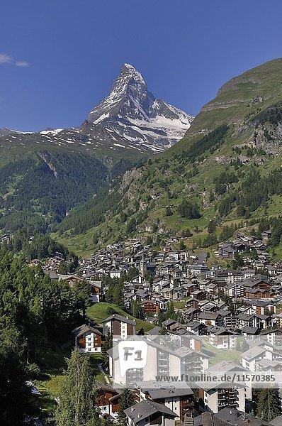 Blick auf Zermatt und Matterhorn  Kanton Wallis  Schweiz  Europa