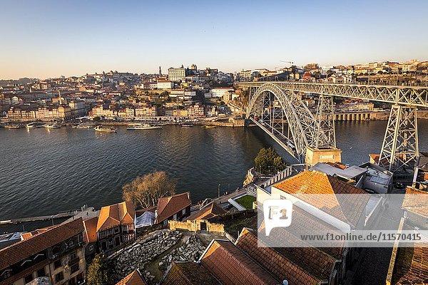 Altstadt und Brücke  Bogenbrücke Ponte Dom Luís I über den Douro  verbindet Porto  Portugal  Europa