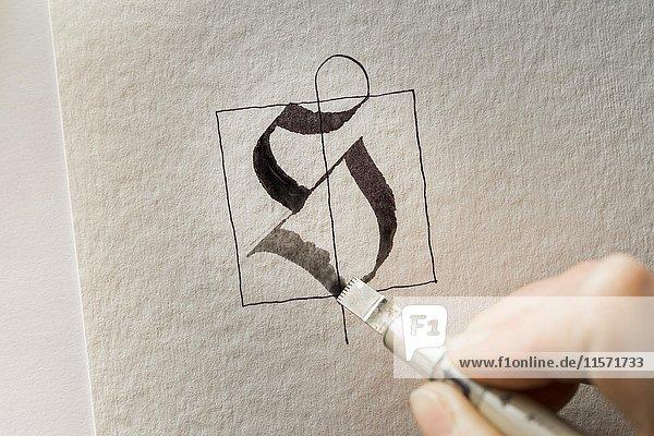 Kalligraphie-Atelier  Hand schreibt mit Automatic Pen  Buchstabe S auf Torchon Papier  Seebruck  Oberbayern  Deutschland  Europa