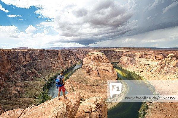 Junger Mann auf einem Felsen  Horseshoe Bend  Flussschleife des Colorado River  King Bend  Glen Canyon National Recreation Area  Page  Arizona  USA  Nordamerika Junger Mann auf einem Felsen, Horseshoe Bend, Flussschleife des Colorado River, King Bend, Glen Canyon National Recreation Area, Page, Arizona, USA, Nordamerika