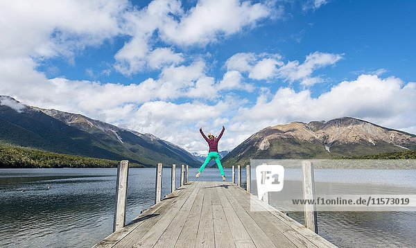 Frau macht Luftsprung  Steg am Lake Rotoiti  Nelson Lakes National Park  Tasman District  Südinsel  Neuseeland  Ozeanien