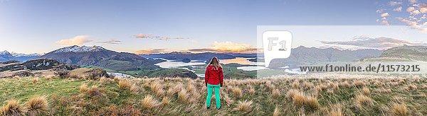 Wanderin blickt auf Wanaka See und Berge  Rocky Peak  Glendhu Bay  Otago  Südinsel  Neuseeland  Ozeanien