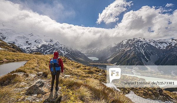Wanderin blickt in das Hooker Valley  Bergsee Sealy Tarns  Mount Cook Nationalpark  Canterbury  Südinsel  Neuseeland  Ozeanien