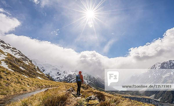 Wanderin blickt in das Hooker Valley  Bergsee Sealy Tarns  Mount Cook Nationalpark  Canterbury  Südinsel  Neuseeland  Ozeanien