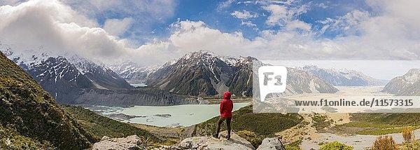 Wanderin steht auf Felsen  Ausblick in das Hooker Valley vom Sealy Tarns Track  Gletscherseen Mueller Lake und Hooker Lake  Mount Cook Nationalpark  Canterbury  Südinsel  Neuseeland  Ozeanien