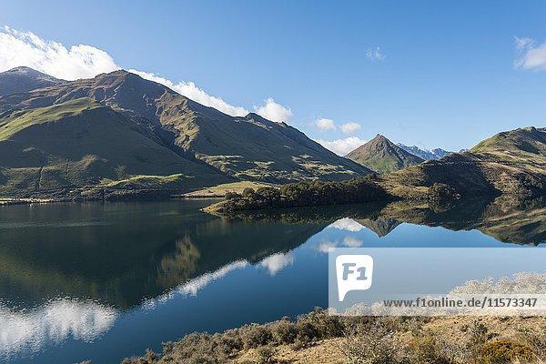 Berge spiegeln sich im See  Moke Lake bei Queenstown  Otago  Südinsel  Neuseeland  Ozeanien