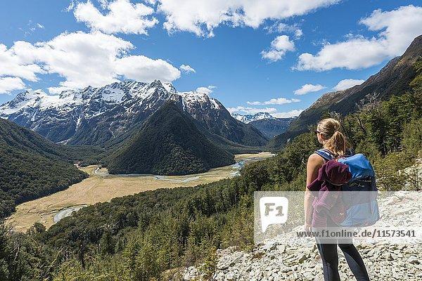 Wanderin blickt auf die Routeburn Flats  Routeburn Track  hinten Humboldt Mountains  Westland District  Westküste  Südinsel  Neuseeland  Ozeanien