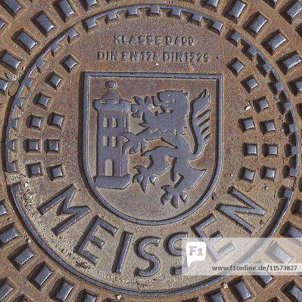 Kanalisationsdeckel mit Wappen und Aufschrift Meissen  Meißen  Sachsen  Deutschland  Europa