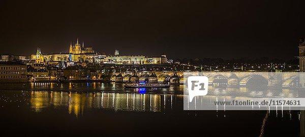 Nachtaufnahme von Prag  Moldau  Karlsbrücke  Veitsdom  Prager Burg  Hradschin  Altstadt  Prag  Böhmen  Tschechien  Europa