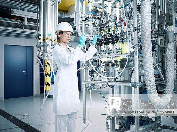 Chemielaborantin  Chemikerin mit Helm und Schutzbrille in einer Pharma Produktion  Österreich  Europa Chemielaborantin, Chemikerin mit Helm und Schutzbrille in einer Pharma Produktion, Österreich, Europa
