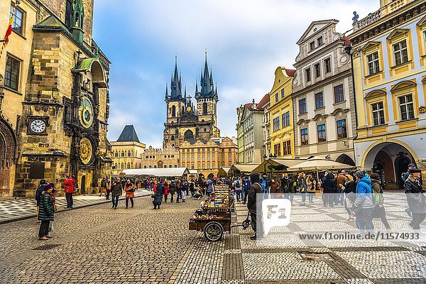 Astronomische Uhr am Altstädter Rathaus  Teynkirche  Weihnachtsmarkt auf dem Altstädter Ring  Altstadt  Prag  Tschechien  Europa