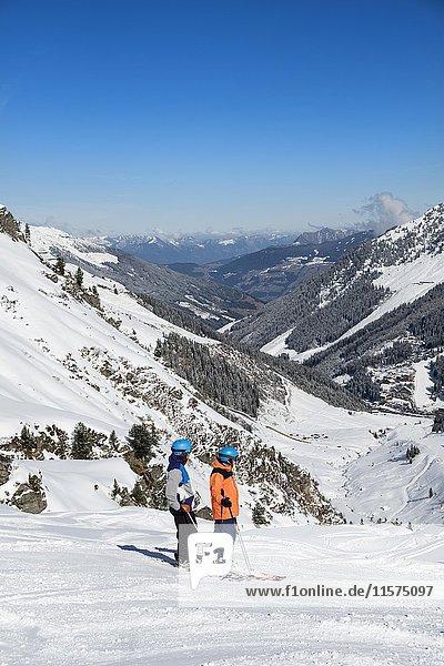 Skifahrer  Skigebiet Hochfügen  Zillertal  Tirol  Österreich  Europa