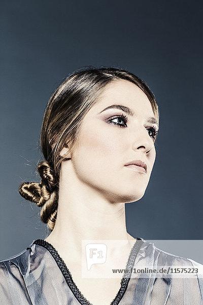 Studioporträt einer schönen jungen Frau beim Blick
