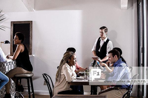Kellner serviert Speisen im Restaurant