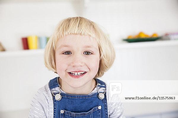 Porträt eines süßen Mädchens mit blondem Bob in der Küche