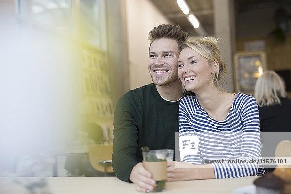 Ehepaar sitzt mit Kräutertee im Café