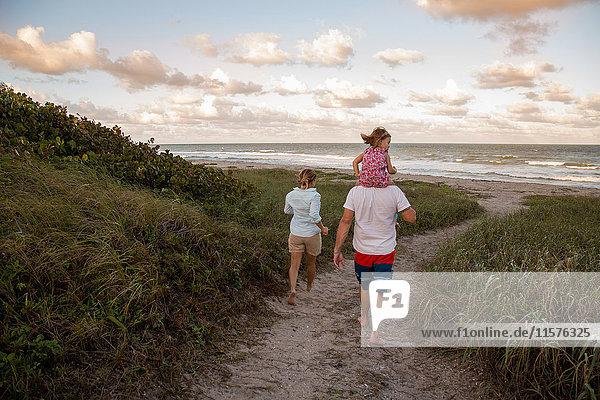 Familie zu Fuss auf dem Küstenweg  Blowing Rocks Preserve  Jupiter  Florida  USA