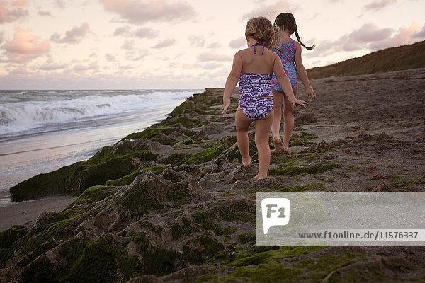 Mädchen laufen auf einer Sanddüne  Blowing Rocks Preserve  Jupiter  Florida  USA