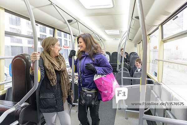 Fahrgäste  die im Elektrobus miteinander reden
