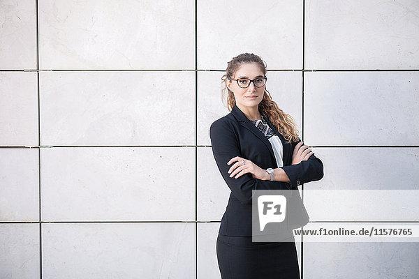 Porträt einer jungen Geschäftsfrau mit verschränkten Armen