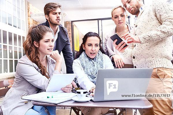 Geschäftsfrauen und Geschäftsleute mit Teambesprechung auf der Büroterrasse