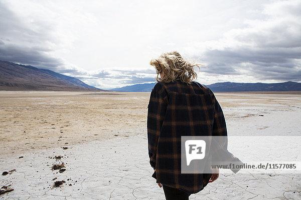 Frau wandert im Death Valley National Park  Kalifornien  USA