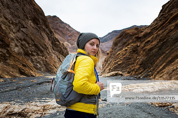Trekker beim Wandern im Death Valley National Park  Kalifornien  USA