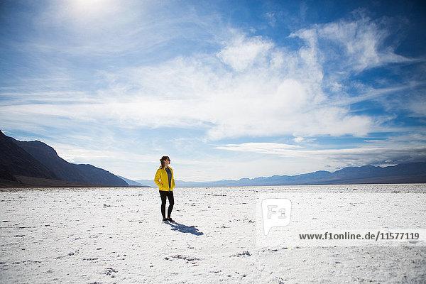 Trekker beim Wandern im Death Valley National Park  Kalifornien  USA
