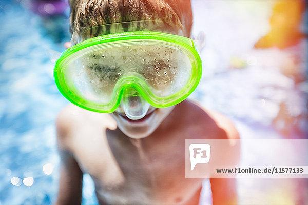 Bildnis eines Jungen im Schwimmbad mit gedämpfter Schwimmbrille