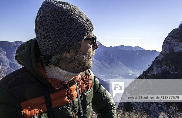 Mann in ländlicher Umgebung  Blick auf die Berge  Italien