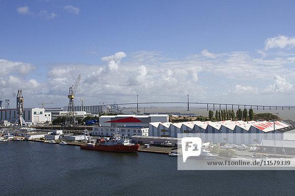 Frankreich  Nordwestfrankreich  Saint-Nazaire  Hafen und Brücke an der Mündung der Loire