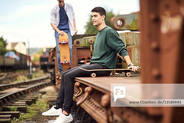 Zwei junge Männer mit Skateboard an der Bahn  Bristol  UK