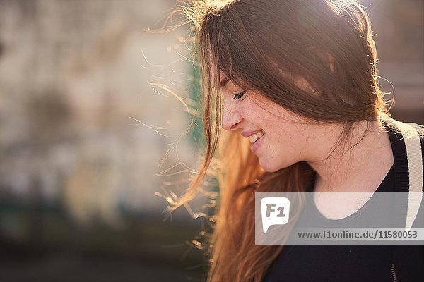 Porträt einer jungen Frau  im Freien  lächelnd  Bristol  UK