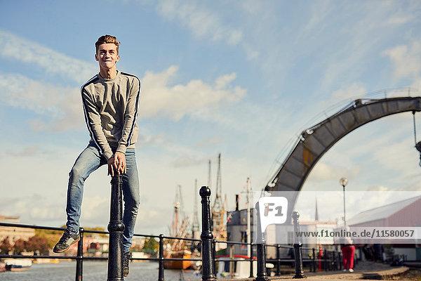 Junger Mann springt Poller  Bristol  UK