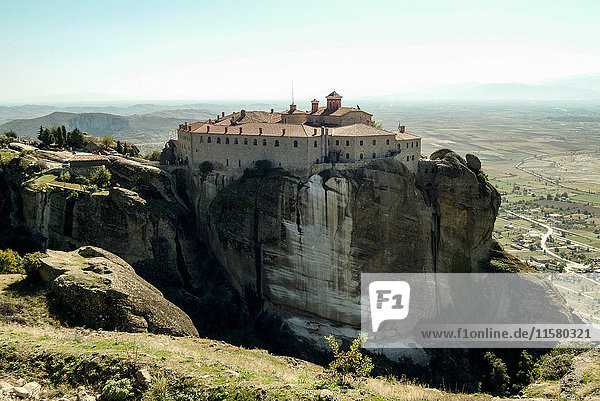 Erhöhte Landschaftsansicht des Klosters Varlaam auf einer Felsformation  Meteora  Thassalien  Griechenland