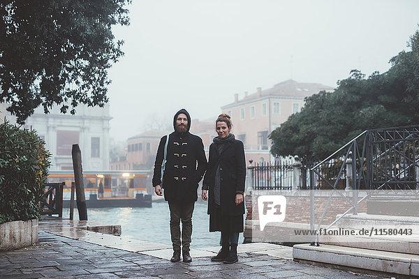 Porträt eines Ehepaares am nebligen Kanal stehend  Venedig  Italien