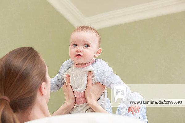 Frauen  die ihre Tochter hochhalten