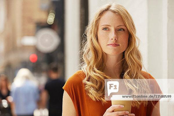 Frau beim Kaffee in der Straße  London  UK