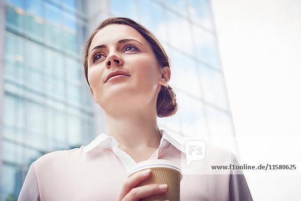 Geschäftsfrau in der Kaffeepause  London  UK