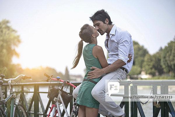 Junges Paar umarmend  küssend  Turin  Piemont  Italien