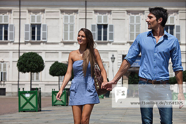 Junges Paar im Freien  Hand in Hand  Turin  Piemont  Italien